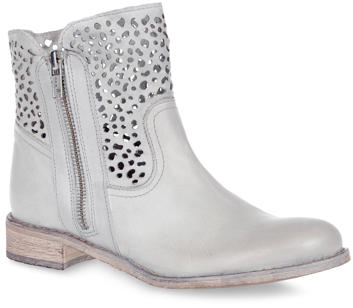 2-2-25336-26-104Великолепные женские ботинки от Marco Tozzi заинтересуют вас своим дизайном. Модель выполнена из натуральной кожи и оформлена прострочкой вдоль ранта. Голенище оформлено декоративной перфорацией. Внутренняя поверхность выполнена из натуральной кожи и искусственного материала. Застегиваются ботинки на боковую застежку-молнию. Стелька из искусственного материала комфортна при ходьбе. Подошва и каблук с рифлением обеспечивают отличное сцепление на любой поверхности. В таких ботинках вашим ногам будет комфортно и уютно. Они подчеркнут ваш стиль и индивидуальность.