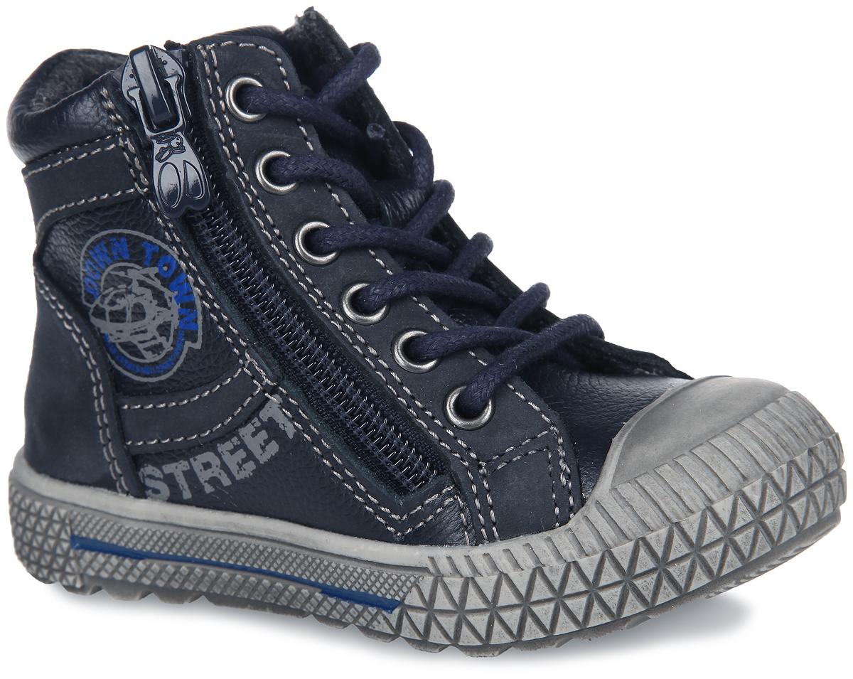 Ботинки для мальчика. 51092-151092-1Стильные детские ботинки от Kapika заинтересуют вашего малыша с первого взгляда. Модель выполнена из комбинации натуральной кожи и нубука и оформлена по верху светлой прострочкой. Подъем дополнен шнуровкой, с помощью которой можно регулировать объем, и металлическими люверсами. Мягкая верхняя часть и подкладка, изготовленная на 80% из шерсти, обеспечивают дополнительный комфорт и предотвращают натирание. Антибактериальная, влагопоглощающая, амортизирующая, анатомическая стелька из ЭВА материала с верхним покрытием из шерсти, дополненная легкой перфорацией, обеспечивает максимальную устойчивость ноги при ходьбе, правильное формирование стопы и снижение общей утомляемости ног. Сбоку изделие декорировано оригинальным принтом. Язычок оформлен символикой бренда. Уплотненный мысок предназначен для дополнительной защиты. Ботинки застегиваются на застежку-молнию, расположенную на одной из боковых сторон. Подошва оснащена рифлением для лучшей сцепки с поверхностью. Чудесные ботинки займут...