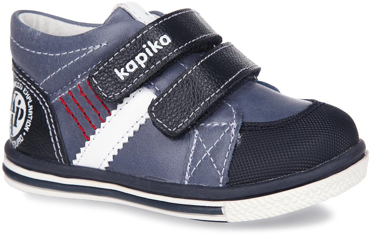 51096-2Модные детские ботинки от Kapika заинтересуют вашего малыша с первого взгляда. Модель выполнена из натуральной кожи разной фактуры. Ремешки на застежке-липучке, один из которых декорирован символикой бренда, помогают оптимально подогнать полноту обуви по ноге, и гарантируют надежную фиксацию. Благодаря такой застежке ребенок может самостоятельно надевать обувь. Мягкая верхняя часть и подкладка, изготовленная из натуральной кожи, обеспечивают дополнительный комфорт и предотвращают натирание. Антибактериальная, влагопоглощающая, амортизирующая, анатомическая стелька из ЭВА материала с верхним покрытием из натуральной кожи, дополненная легкой перфорацией, обеспечивает максимальную устойчивость ноги при ходьбе, правильное формирование стопы и снижение общей утомляемости ног. Вставка на мыске предназначена для дополнительной защиты. Язычок дополнен нашивкой с легкой перфорацией. Сбоку изделие украшено яркой прострочкой и нашивкой в виде полосы. Задник декорирован оригинальным принтом в...