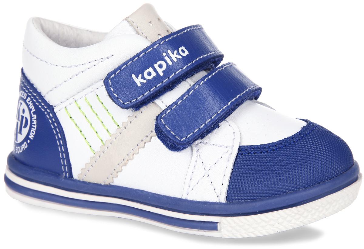 Ботинки для мальчика. 51096-151096-1Стильные детские ботинки от Kapika заинтересуют вашего малыша с первого взгляда. Модель выполнена из натуральной кожи контрастных цветов. Ремешки на застежке-липучке, один из которых декорирован символикой бренда, помогают оптимально подогнать полноту обуви по ноге, и гарантируют надежную фиксацию. Благодаря такой застежке ребенок может самостоятельно надевать обувь. Мягкая верхняя часть и подкладка, изготовленная из натуральной кожи, обеспечивают дополнительный комфорт и предотвращают натирание. Антибактериальная, влагопоглощающая, амортизирующая, анатомическая стелька из ЭВА материала с верхним покрытием из натуральной кожи, дополненная легкой перфорацией, обеспечивает максимальную устойчивость ноги при ходьбе, правильное формирование стопы и снижение общей утомляемости ног. Вставка на мыске предназначена для дополнительной защиты. Язычок дополнен нашивкой с легкой перфорацией. Сбоку изделие украшено яркой прострочкой и нашивкой в виде полосы. Задник декорирован оригинальным принтом...