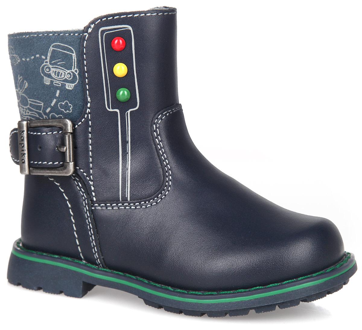Ботинки для мальчика. 52206-152206-1Модные ботинки от Kapika приведут в восторг вашего мальчика! Модель выполнена из натуральной кожи и дополнена вставкой из натуральной замши. Обувь оформлена цветными металлическими заклепками, крупной прострочкой вдоль ранта и декоративным ремешком с пряжкой. Застегивается модель на застежку-молнию. Мягкая подкладка и стелька, выполненные из текстиля с добавлением шерсти, согреют ножки вашего мальчика в холодную погоду. Стелька дополнена супинатором с перфорацией, который обеспечивает правильное положение ноги ребенка при ходьбе, предотвращает плоскостопие. Каблук и подошва с рифлением гарантируют отличное сцепление с любыми поверхностями. Удобные ботинки - необходимая вещь в гардеробе каждого ребенка.