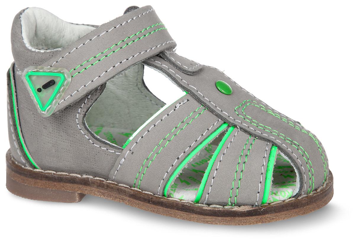 Сандалии для мальчика. 022004-24022004-24Замечательные сандалии от Котофей придутся по душе вашему мальчику. Модель, выполненная из натурального нубука, оформлена контрастной прострочкой, вдоль ранта - декоративной прострочкой. Яркие элементы отделки отлично дополняют базовый цвет и придают модели оригинальности. Внутренняя поверхность и стелька из натуральной кожи комфортны при ходьбе. Стелька из ЭВА дополнена супинатором с перфорацией, который обеспечивает правильное положение ноги ребенка при ходьбе и предотвращает плоскостопие. Высокий жесткий задник и ремешок с застежкой-липучкой позволяют прочно зафиксировать ножку ребенка, а это значит, что ребенок будет чувствовать себя максимально удобно. Кожаная подошва, дополненная небольшим каблучком, снабжена резиновыми накладками, защищающими от скольжения. Такие сандалии подойдут для прогулок в жаркую погоду.