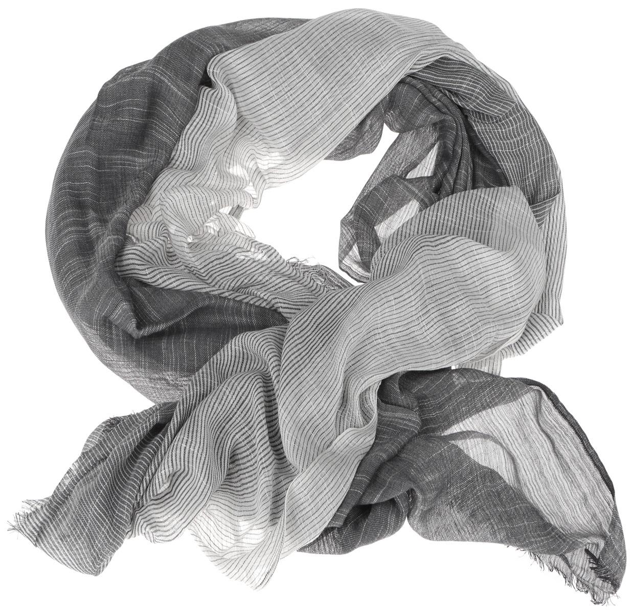 Шарф мужской. TUTM063TUTM063-2Элегантный мужской шарф Fabretti согреет вас в холодное время года, а также станет изысканным аксессуаром, который призван подчеркнуть ваш стиль и индивидуальность. Оригинальный легкий шарф выполнен из натурального хлопка и оформлен оригинальным цветовым градиентом с полосками. Такой шарф станет превосходным дополнением к любому наряду, защитит вас от ветра и холода и позволит вам создать свой неповторимый стиль.