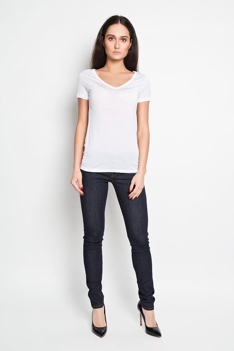 ФутболкаJ2EJ203370Стильная женская футболка Calvin Klein Jeans приятная на ощупь не сковывает движения и позволяет коже дышать. Модель с V-образным вырезом горловины и короткими рукавами спереди оформлена изображением логотипа бренда. Эта футболка станет отличным дополнением к вашему гардеробу.