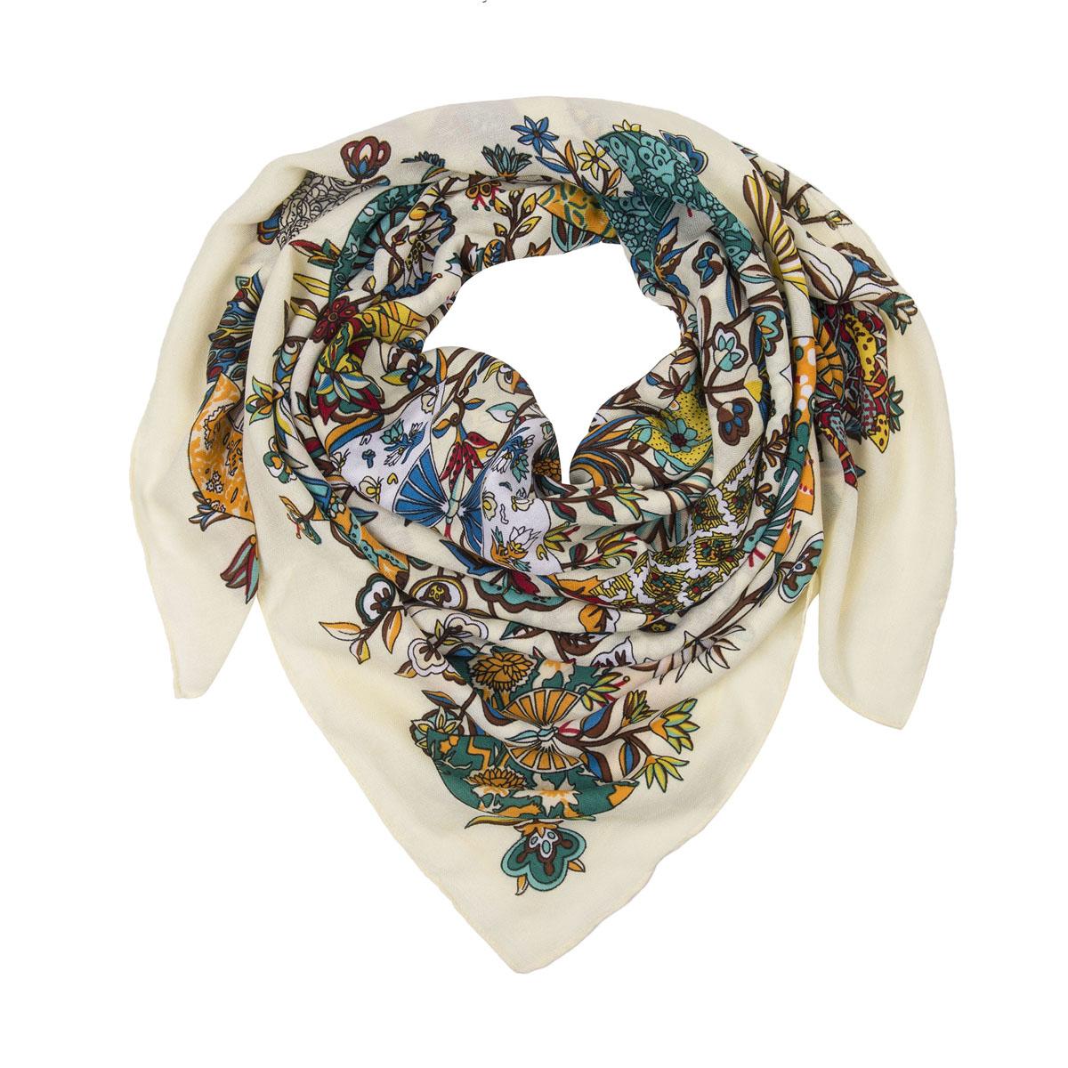 Платок23/0440/124Яркий и стильный платок Модные истории станет великолепным завершением любого наряда. Платок изготовлен из высококачественной вискозы. Он оформлен абстрактным изображением цветов. Классическая квадратная форма позволяет носить его на шее, украшать прическу или декорировать сумочку. Мягкий и шелковистый платок поможет вам создать оригинальный женственный образ. Такой платок превосходно дополнит любой наряд и подчеркнет ваш неповторимый вкус и элегантность.