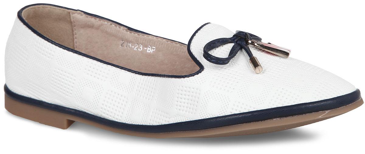 Туфли216-23ССтильные туфли от Adagio очаруют вашу девочку с первого взгляда! Модель выполнена из искусственной кожи и оформлена перфорированным геометрическим узором. Мыс декорирован бантиком, украшенным подвеской в виде сумочки. Стелька из натуральной кожи обеспечивает максимальный комфорт при передвижении. Подошва и каблук с рифлением обеспечивают сцепление с любыми поверхностями. Удобные туфли придутся по душе вам и вашей дочурке!