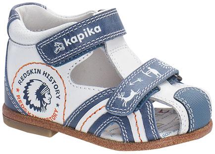 Сандалии для мальчика. 1008310083-1Стильные сандалии от Kapika не оставят равнодушным вашего мальчика! Модель изготовлена из натуральной кожи контрастных цветов и оформлена сбоку принтом в виде индейца. Ремешки с застежками-липучками, один из которых декорирован тиснением в виде логотипа бренда, а другой - в виде изображения охоты, прочно закрепят обувь на ножке. Внутренняя часть и стелька исполнены из натуральной кожи. Мягкая стелька дополнена супинатором, который обеспечивает правильное положение ноги ребенка при ходьбе, предотвращает плоскостопие. Закрытый задник и уплотненный мысок защищают детскую стопу от ударов при движении. Максимально комфортная подошва обеспечивает отличное сцепление с поверхностью. Практичные и стильные сандалии займут достойное место в гардеробе вашего ребенка.