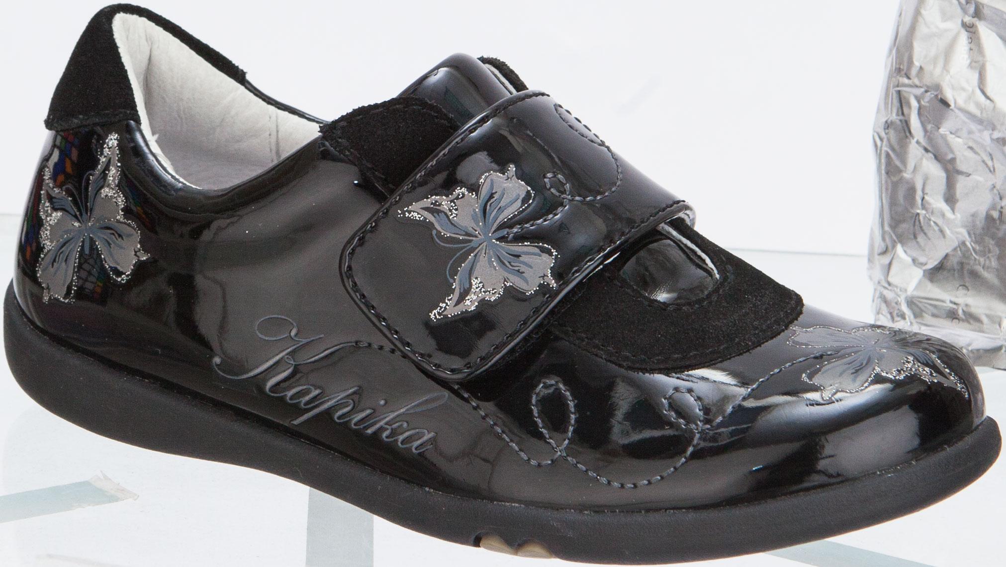 Полуботинки для девочки. 23263-223263-2Стильные полуботинки от Kapika придутся по душе вашей девочке! Модель выполнена из искусственной лакированной кожи со вставками из замши и оформлена принтом с изображениями бабочек и названия бренда. Ремешок на застежке-липучке отвечает за надежную фиксацию обуви на ноге. Стелька из материала EVA и натуральной кожи обеспечивает правильное положение ноги ребенка при ходьбе. Перфорация на стельке позволяет ногам дышать. Рельефная поверхность подошвы обеспечивает надежное сцепление с любой поверхностью. Удобные полуботинки - незаменимая вещь в гардеробе каждой девочки.