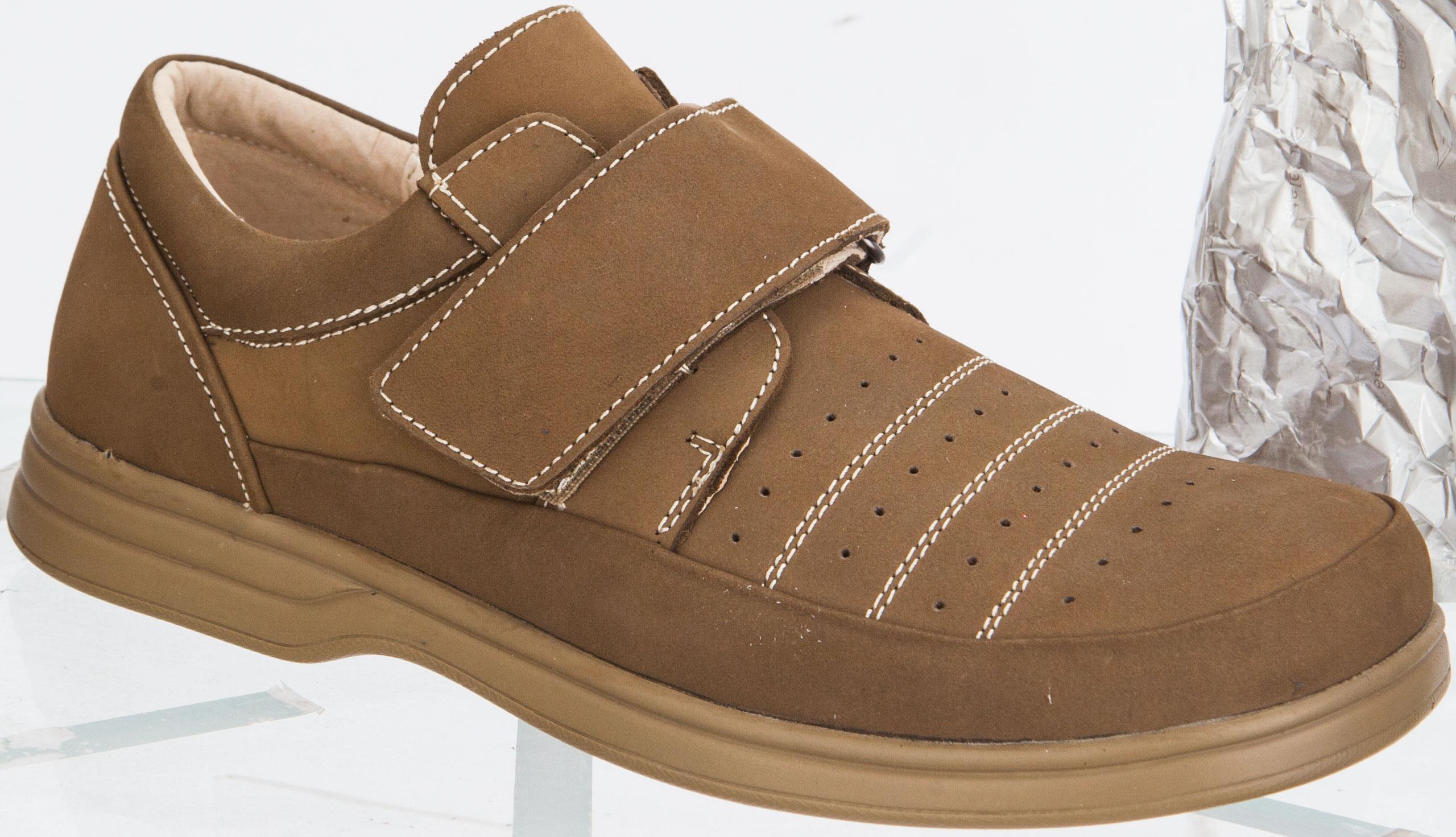 Туфли для мальчика. 24042-224042-2Стильные туфли от Kapika придутся по душе вашему мальчику! Модель выполнена из натуральной кожи и дополнена контрастной прострочкой. Застегивается модель на ремешок с липучкой. Стелька из натуральной кожи дополнена супинатором с перфорацией, который обеспечивает правильное положение ноги ребенка при ходьбе, предотвращает плоскостопие. Стелька с перфорацией обеспечивает воздухопроницаемость, отличную амортизацию, сохранение комфортного микроклимата обуви, эффективное поглощение влаги и неприятных запахов. Рифленая поверхность подошвы гарантирует отличное сцепление с любыми поверхностями. Удобные туфли - незаменимая вещь в гардеробе каждого мальчика.