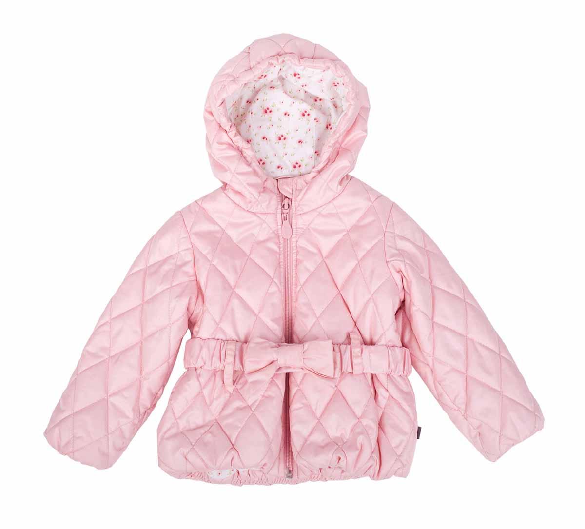 Куртка для девочки. 116 GB GC 4 101116GBGC4101Утепленная стеганая куртка для девочки Gulliver Baby идеально подойдет вашей моднице в холодное время года. Куртка изготовлена из водоотталкивающей и ветрозащитной ткани с утеплителем из полиэстера, и на подкладке из натурального хлопка. Удлиненная куртка с капюшоном застегивается на пластиковую застежку-молнию с защитой подбородка, благодаря чему ее легко одевать и снимать, и дополнительно имеет ветрозащитный клапан. Капюшон не отстегивается. Край капюшона присборен на резинку. На талии куртка дополнена шлевками для ремня и эластичным пояском на кнопках, декорированным бантом, благодаря которому она плотно прилегает к телу. Актуальные прошитые ромбы являются ярким акцентом модели. Комфортная, удобная и теплая куртка идеально подойдет для прогулок и игр на свежем воздухе! Незаменимая вещь в холодную осеннюю погоду!