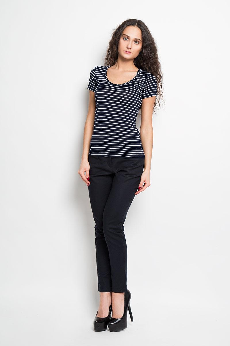 ФутболкаB236202Стильная женская футболка Baon, выполненная из высококачественной вискозы, обладает высокой теплопроводностью, воздухопроницаемостью и гигроскопичностью, позволяет коже дышать и обеспечивает прохладу даже в жаркие летние дни. Модель с короткими рукавами и круглым вырезом горловины - идеальный вариант для создания образа в стиле Casual. Легкая футболка оформлена актуальным принтом в узкую полоску. Такая модель подарит вам комфорт в течение всего дня и послужит замечательным дополнением к вашему гардеробу.