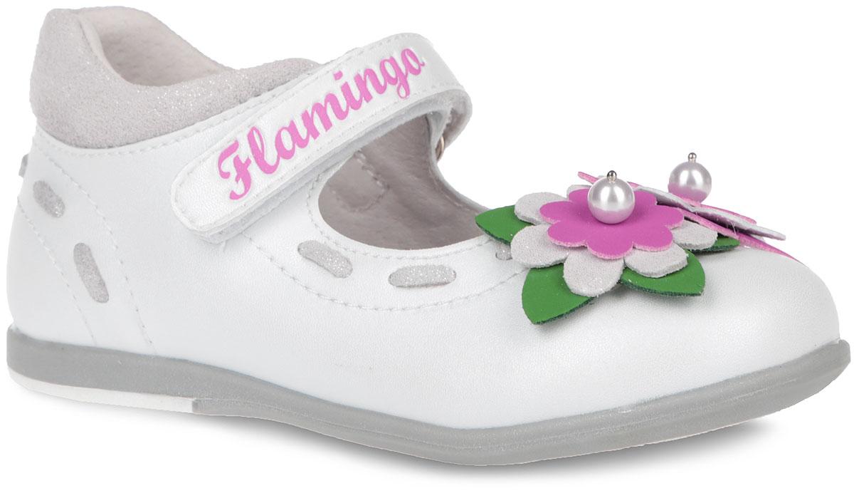 Туфли для девочки. 61-XT1361-XT133Элегантные туфли от торговой марки Flamingo придутся по душе вашей юной моднице! Модель изготовлена из искусственной кожи и дополнена вставками из натуральной кожи. Мыс туфель оформлен композицией из двух декоративных цветков, украшенных бусинами. Ремешок на застежке-липучке, оформленный тиснением с названием бренда, отвечает за надежную фиксацию модели на ноге. Внутренняя поверхность и стелька, выполненные из натуральной кожи, обеспечивают комфорт при ходьбе. Стелька дополнена супинатором, который гарантирует правильное положение ноги ребенка, предотвращает плоскостопие. Подошва с рифлением обеспечивает идеальное сцепление с любыми поверхностями. Удобные туфли - незаменимая вещь в гардеробе каждой девочки.