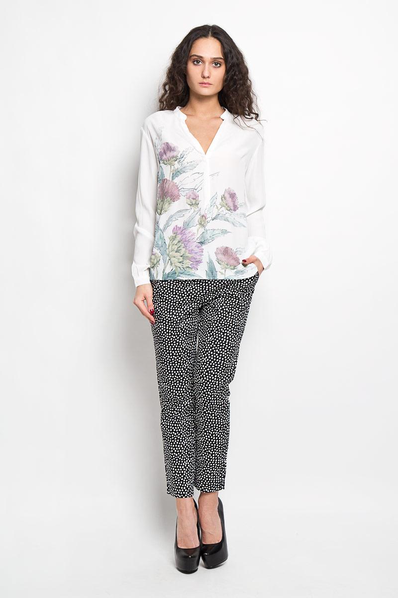Блузка женская. B176017B176017Стильная женская блуза Baon, выполненная из 100% вискозы, подчеркнет ваш уникальный стиль и поможет создать оригинальный женственный образ. Блузка с длинными рукавами, удлиненной спинкой и V-образным вырезом горловины застегивается на пуговицы на груди. Манжеты рукавов также дополнены пуговицами. Блузка украшена крупным цветочным принтом. Такая блузка идеально подойдет для жарких летних дней. Такая блузка будет дарить вам комфорт в течение всего дня и послужит замечательным дополнением к вашему гардеробу.