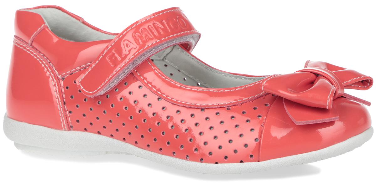 Туфли для девочки. ZT5907ZT5907Элегантные туфли от торговой марки Flamingo придутся по душе вашей юной моднице! Модель изготовлена из искусственной лакированной кожи и дополнена двумя вставками с перфорацией. Мыс туфель оформлен симпатичным бантиком. Ремешок на застежке-липучке отвечает за надежную фиксацию модели на ноге. Внутренняя поверхность и стелька, выполненные из натуральной кожи, обеспечивают комфорт при ходьбе. Стелька дополнена супинатором, который гарантирует правильное положение ноги ребенка, предотвращает плоскостопие. Подошва с рифлением обеспечивает идеальное сцепление с любыми поверхностями. Удобные туфли - незаменимая вещь в гардеробе каждой девочки.