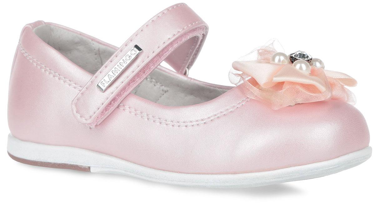 Туфли для девочки. 61-XT13861-XT138Элегантные туфли от торговой марки Flamingo придутся по душе вашей юной моднице! Модель изготовлена из искусственной кожи. Мыс туфель оформлен двойным текстильным бантиком, декорированным бусинами и кристаллом. Ремешок на застежке-липучке отвечает за надежную фиксацию модели на ноге. Внутренняя поверхность и стелька, выполненные из натуральной кожи, обеспечивают комфорт при ходьбе. Стелька дополнена супинатором, который гарантирует правильное положение ноги ребенка, предотвращает плоскостопие. Подошва с рифлением обеспечивает идеальное сцепление с любыми поверхностями. Удобные туфли - незаменимая вещь в гардеробе каждой девочки.