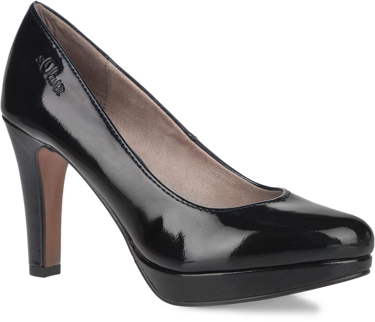 Туфли женские. 5-5-22400-365-5-22400-36-018Оригинальные женские туфли от S.Oliver заинтересуют вас своим дизайном! Модель, выполненная из искусственной лакированной кожи, оформлена сбоку тиснением в виде названия бренда. Внутренняя поверхность изготовлена из текстиля и искусственных материалов, стелька - из искусственных материалов. Высокий каблук компенсирован небольшой платформой. Каблук и подошва с рифлением обеспечивают отличное сцепление на любой поверхности. Такие туфли займут достойное место в вашем гардеробе и подчеркнут ваш безупречный вкус.