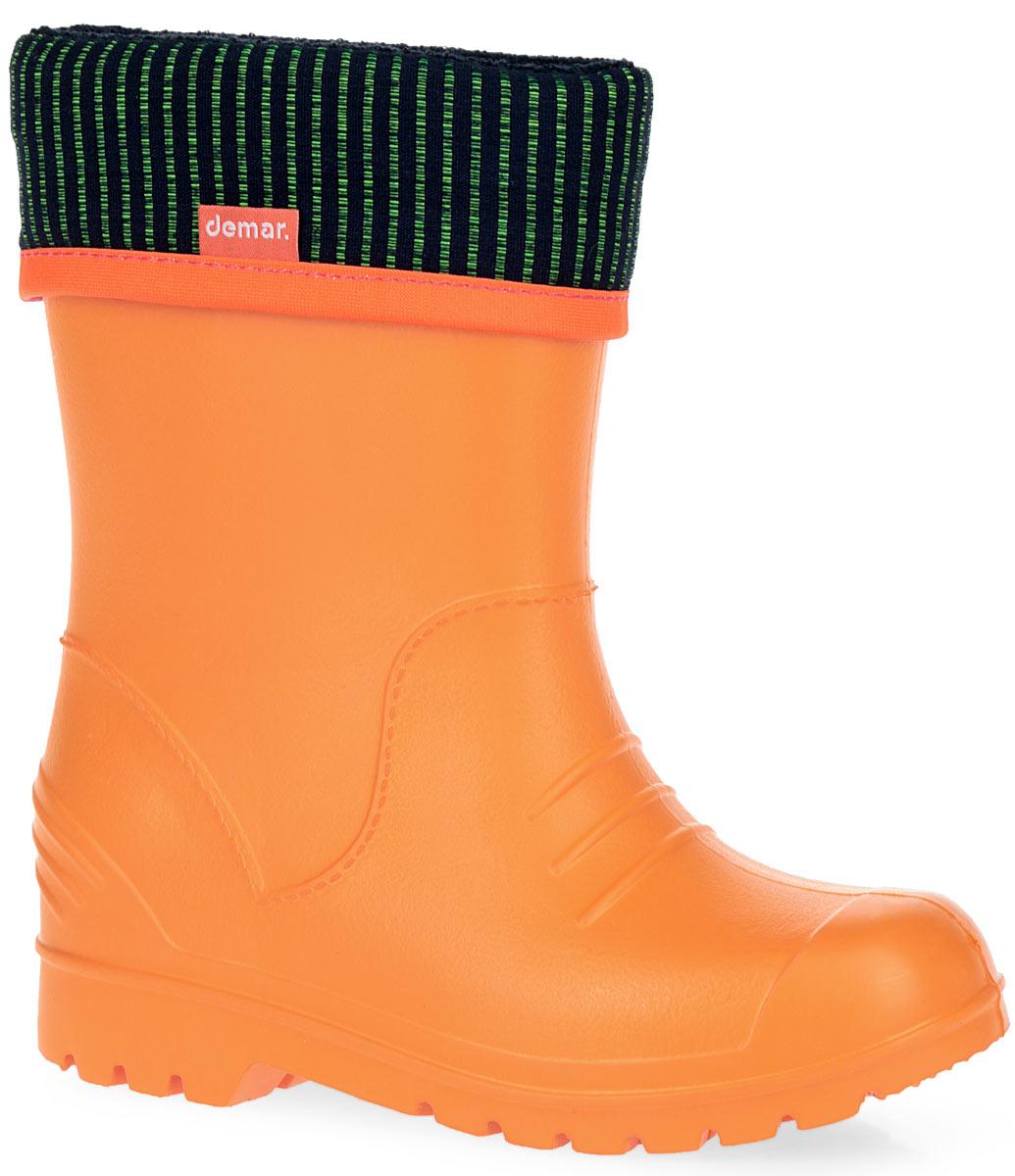0310_DINOПрактичные резиновые сапоги Dino от Demar придутся по душе вашему ребенку. Модель изготовлена из качественного вспененного полимера. Главным преимуществом резиновых сапожек является наличие съемного текстильного носка, который можно вынуть и легко просушить. На внешней стороне носка расположен светоотражающий элемент, отвечающий за безопасность ребенка в темное время суток. Подошва с глубоким рисунком протектора обеспечивает отличное сцепление с любой поверхностью. Резиновые сапоги Dino защитят ноги вашего ребенка от намокания в дождливую погоду.