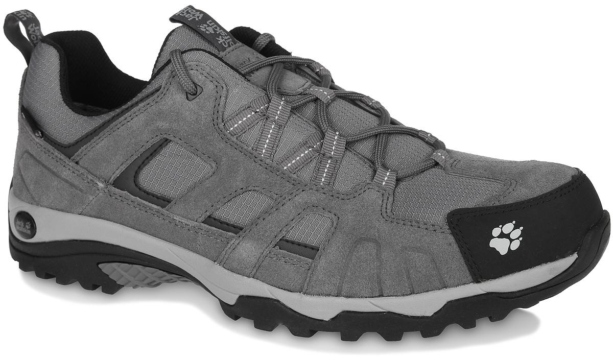 Кроссовки мужские Vojo Hike Texapore. 40113814011381-3055Легкие, водостойкие мужские кроссовки Jack Wolfskin Vojo Hike Texapore займут достойное место среди коллекции вашей обуви. Модель выполнена из комбинации натуральной замши, кожи и влагонепроницаемого текстиля. Подъем оформлен классической шнуровкой, которая надежно фиксирует обувь на ноге и регулирует объем. Быстросохнущая и дышащая подкладка изготовлена из полиэстера. Стелька, идеально подстраивающаяся под анатомические контуры стопы, из ЭВА материала с верхним покрытием из текстиля. Язычок, препятствующий попаданию грязи внутрь, задник, мысок и промежуточная подошва декорированы символикой бренда. Также задник и язычок дополнены ярлычком для более удобного надевания обуви, а мыс вставкой для дополнительной защиты. Гибкая и легкая подошва оснащена рифлением для лучшей сцепки с поверхностью. Практичные кроссовки заинтересуют вас с первого взгляда.