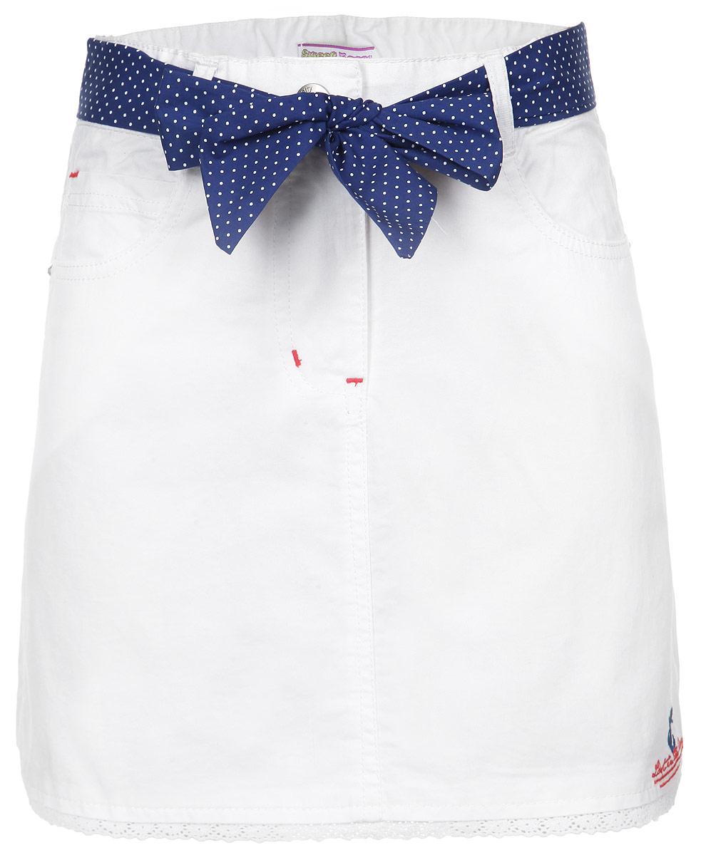 Юбка для девочки. 195453195453Стильная юбка для девочки Sweet Berry идеально подойдет вашей маленькой принцессе для отдыха и прогулок. Изготовленная из 100% хлопка, она необычайно мягкая и приятная на ощупь, не сковывает движения малышки и позволяет коже дышать, не раздражает даже самую нежную и чувствительную кожу ребенка, обеспечивая ему наибольший комфорт. Юбка трапециевидного кроя на талии застегивается на металлическую застежку-болт, также имеются шлевки для ремня и ширинка на застежке-молнии. С внутренней стороны пояс регулируется резинкой на пуговицах. Модель спереди дополнена двумя втачными кармашками и накладным секретным кармашком, а сзади - двумя накладными карманами. Оформлена модель вышитым якорем и надписью на английском языке в низу юбки, пришитой ажурной тесьмой и стразами на клепках. В комплекте контрастный текстильный пояс, выполненный принтом горох. Современный дизайн и модная расцветка делают эту юбку модным и стильным предметом детского гардероба. В ней ваша малышка всегда...