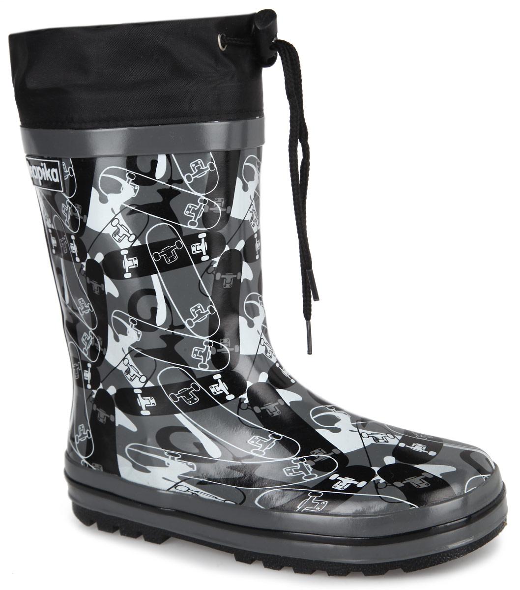 Сапоги резиновые для мальчика. 530т530тРезиновые сапоги от Kapika - идеальная обувь в дождливую погоду. Сапоги выполнены из резины и оформлены оригинальным принтом со скейтбордами. Подкладка и съемная стелька из текстиля помогают сохранить тепло и создают комфорт при ходьбе. Текстильный верх голенища регулируется в объеме за счет шнурка со стоппером. Рельефная поверхность подошвы гарантирует отличное сцепление с любой поверхностью. Резиновые сапоги прекрасно защитят ноги вашего ребенка от промокания в дождливый день.