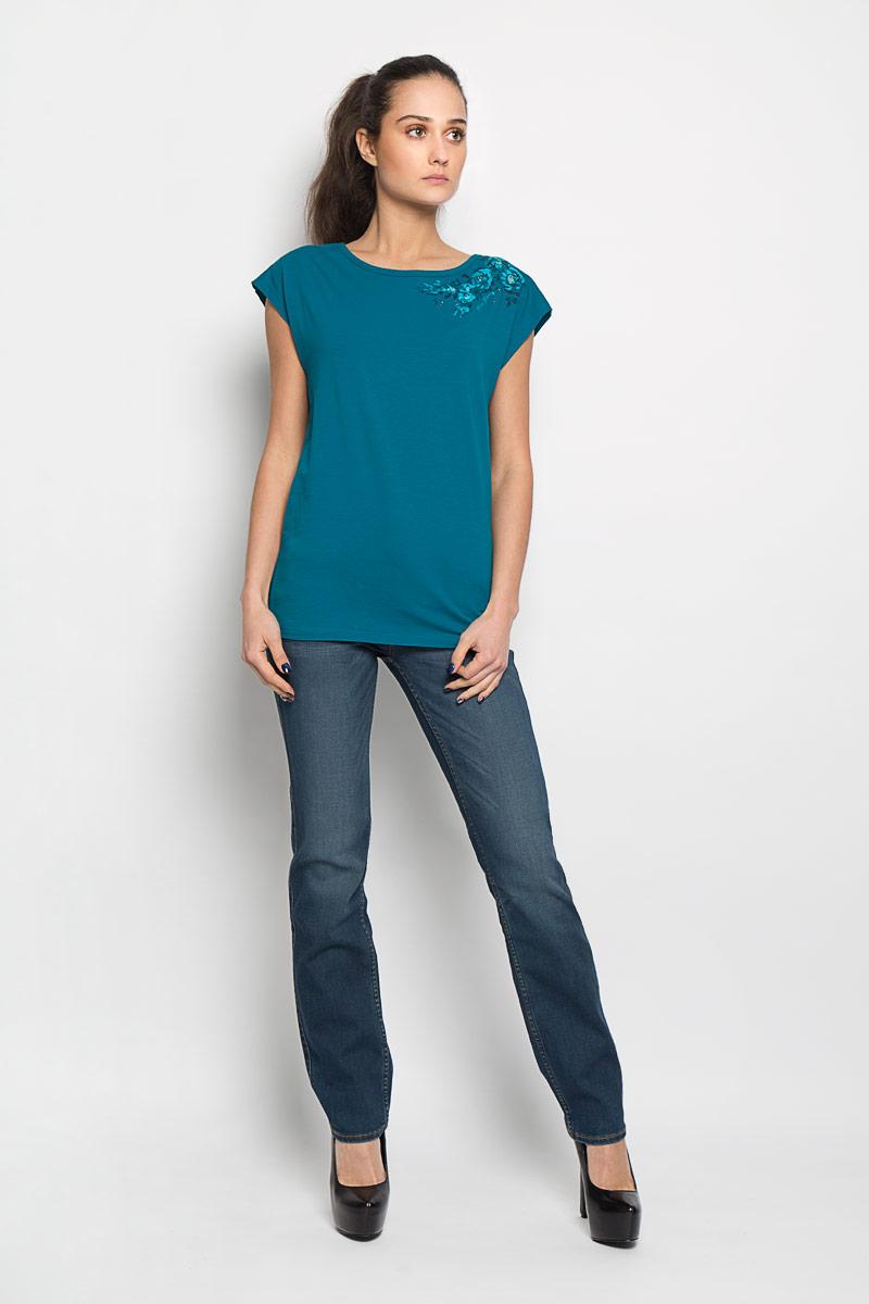 ФутболкаB16-12058_101Стильная женская футболка Finn Flare, выполненная из эластичного хлопка, необычайно мягкая и приятная на ощупь, не сковывает движения и позволяет коже дышать, обеспечивая комфорт. Модель с круглым вырезом горловины и короткими рукавами спереди оформлена цветочным принтом и не большими металлическими клепками. Вырез горловины дополнен трикотажной бейкой, что предотвращает деформацию при носке. Футболка Finn Flare станет отличным дополнением к вашему гардеробу.