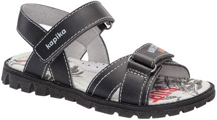 33189-1Удобные сандалии от Kapika не оставят равнодушным вашего мальчика! Модель изготовлена из натуральной кожи и оформлена контрастной строчкой и тиснением с названием бренда. Ремешки с застежками-липучками прочно закрепят модель на ножке. Внутренняя поверхность обуви выполнена натуральной кожи. Стелька из натуральной кожи оформлена оригинальным принтом, логотипом бренда и дополнена супинатором, который обеспечивает правильное положение ноги ребенка при ходьбе. Максимально комфортная подошва с протектором, изготовленная из материала ТЭП, обеспечивает отличное сцепление с поверхностью. Практичные и стильные сандалии займут достойное место в гардеробе вашего малыша.