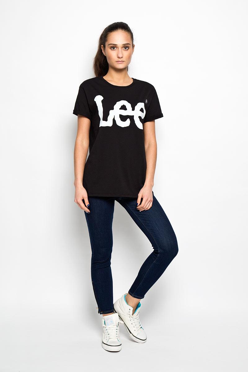 ФутболкаL42OAI01Стильная женская футболка Lee, выполненная из натурального хлопка, необычайно мягкая и приятная на ощупь, не сковывает движения и позволяет коже дышать, обеспечивая комфорт. Модель с круглым вырезом горловины и короткими рукавами спереди оформлена надписью Lee. Рукава дополнены декоративными отворотами. Такая футболка станет отличным дополнением к вашему гардеробу.
