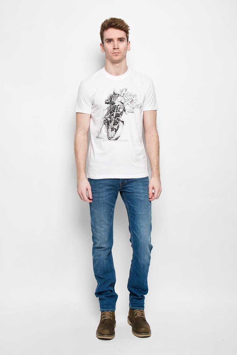 B16-22020Стильная мужская футболка Finn Flare, выполненная из натурального хлопка, необычайно мягкая и приятная на ощупь, не сковывает движения и позволяет коже дышать, обеспечивая комфорт. Модель с круглым вырезом горловины и короткими рукавами спереди оформлена оригинальным принтом. Вырез горловины дополнен трикотажной эластичной резинкой, что предотвращает деформацию при носке. Футболка Finn Flare станет отличным дополнением к вашему гардеробу.
