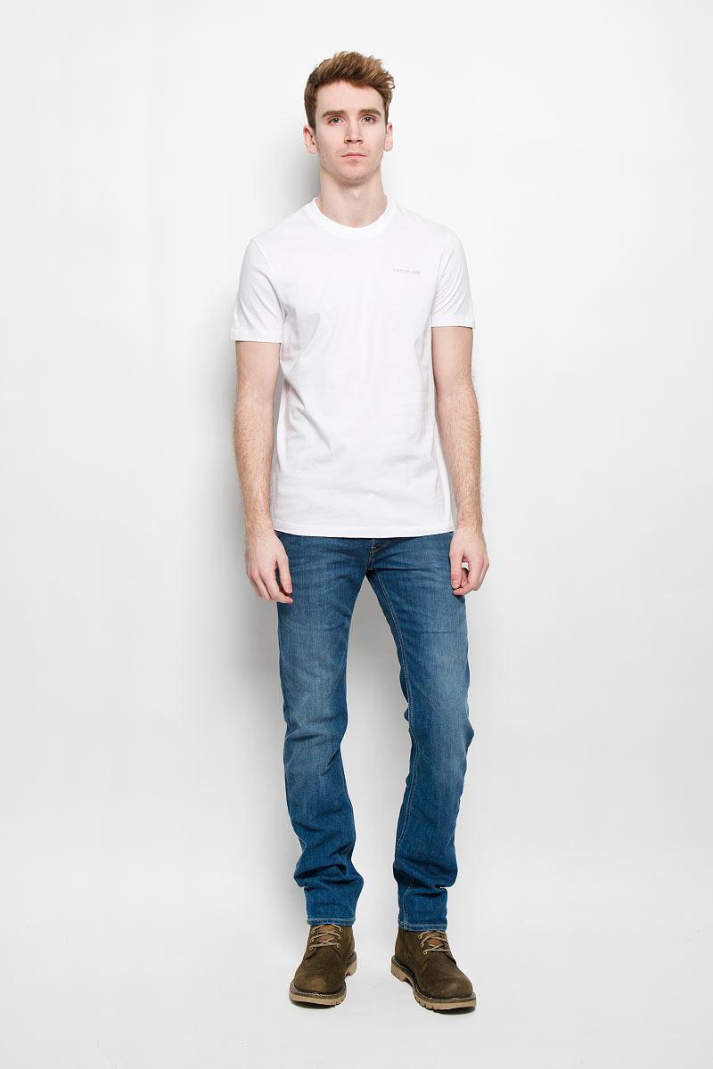 Футболка мужская. B16-21024B16-21024Стильная мужская футболка Finn Flare, выполненная из натурального хлопка, необычайно мягкая и приятная на ощупь, не сковывает движения и позволяет коже дышать, обеспечивая комфорт. Модель с круглым вырезом горловины и короткими рукавами на груди оформлена надписью Finn Flare. Вырез горловины дополнен эластичной трикотажной резинкой, что предотвращает деформацию при носке. Футболка Finn Flare станет отличным дополнением к вашему гардеробу.