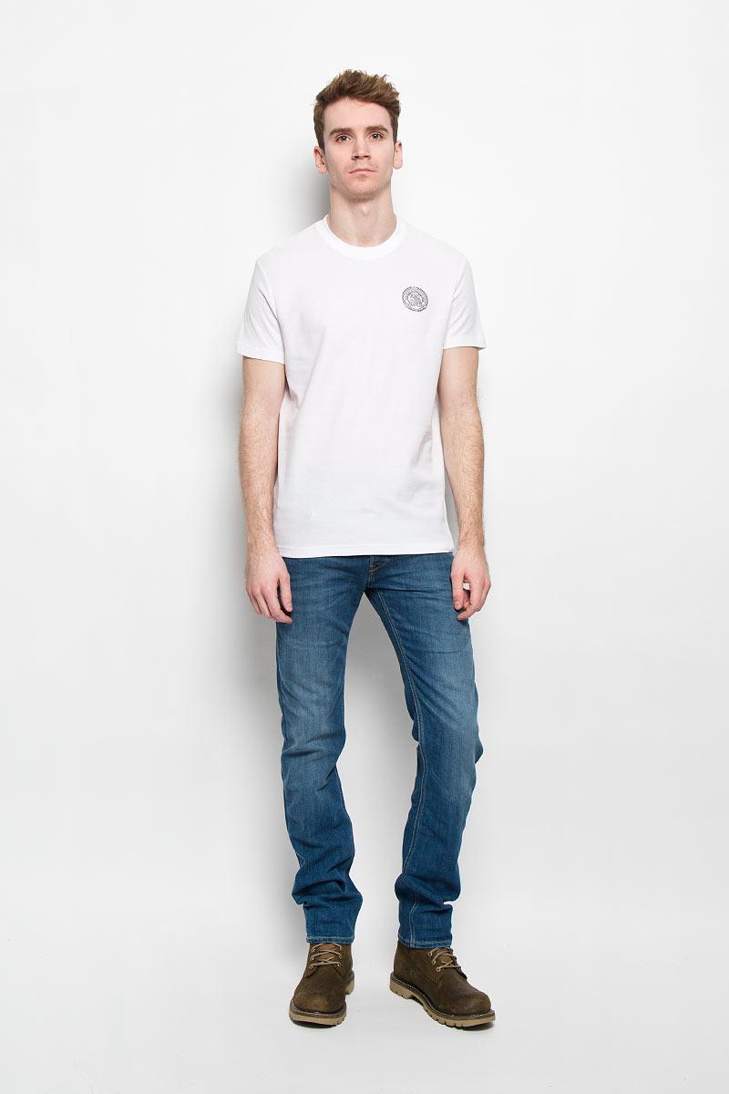 Футболка мужская. B16-42013B16-42013Стильная мужская футболка Finn Flare, выполненная из натурального хлопка, необычайно мягкая и приятная на ощупь, не сковывает движения и позволяет коже дышать, обеспечивая комфорт. Модель с круглым вырезом горловины и короткими рукавами спереди оформлена фирменной символикой бренда. Вырез горловины дополнен трикотажной эластичной резинкой, что предотвращает деформацию при носке. Футболка Finn Flare станет отличным дополнением к вашему гардеробу.