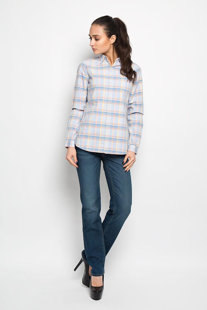 W51599P67Стильная женская рубашка Wrangler, выполненная из натурального хлопка, прекрасно подойдет для повседневной носки. Материал очень мягкий и приятный на ощупь, не сковывает движения и позволяет коже дышать. Рубашка слегка приталенного кроя с отложным воротником и длинными рукавами застегивается на пуговицы по всей длине. На груди модели предусмотрен накладной карман. Манжеты рукавов также застегиваются на пуговицы. Изделие оформлено принтом в клетку. Такая модель будет дарить вам комфорт в течение всего дня и станет модным дополнением к вашему гардеробу.