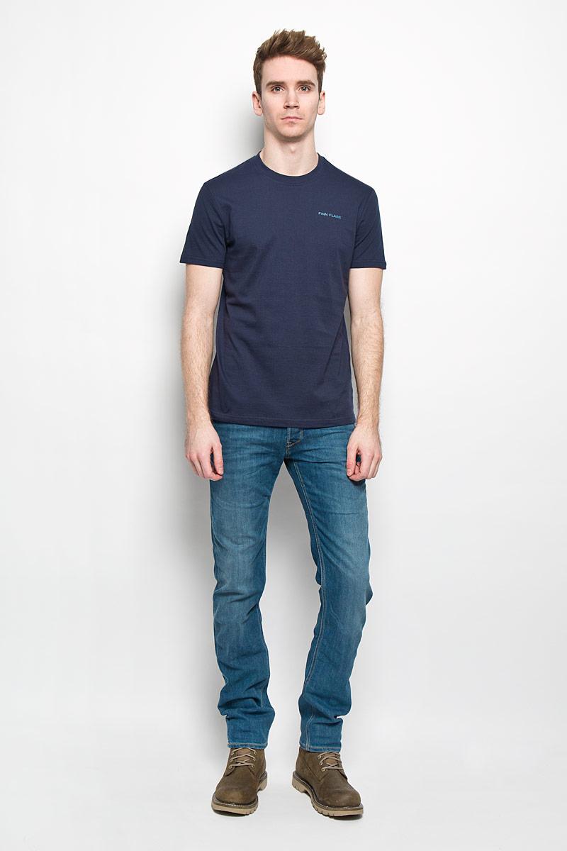 ФутболкаB16-21024Стильная мужская футболка Finn Flare, выполненная из натурального хлопка, необычайно мягкая и приятная на ощупь, не сковывает движения и позволяет коже дышать, обеспечивая комфорт. Модель с круглым вырезом горловины и короткими рукавами на груди оформлена надписью Finn Flare. Вырез горловины дополнен эластичной трикотажной резинкой, что предотвращает деформацию при носке. Футболка Finn Flare станет отличным дополнением к вашему гардеробу.