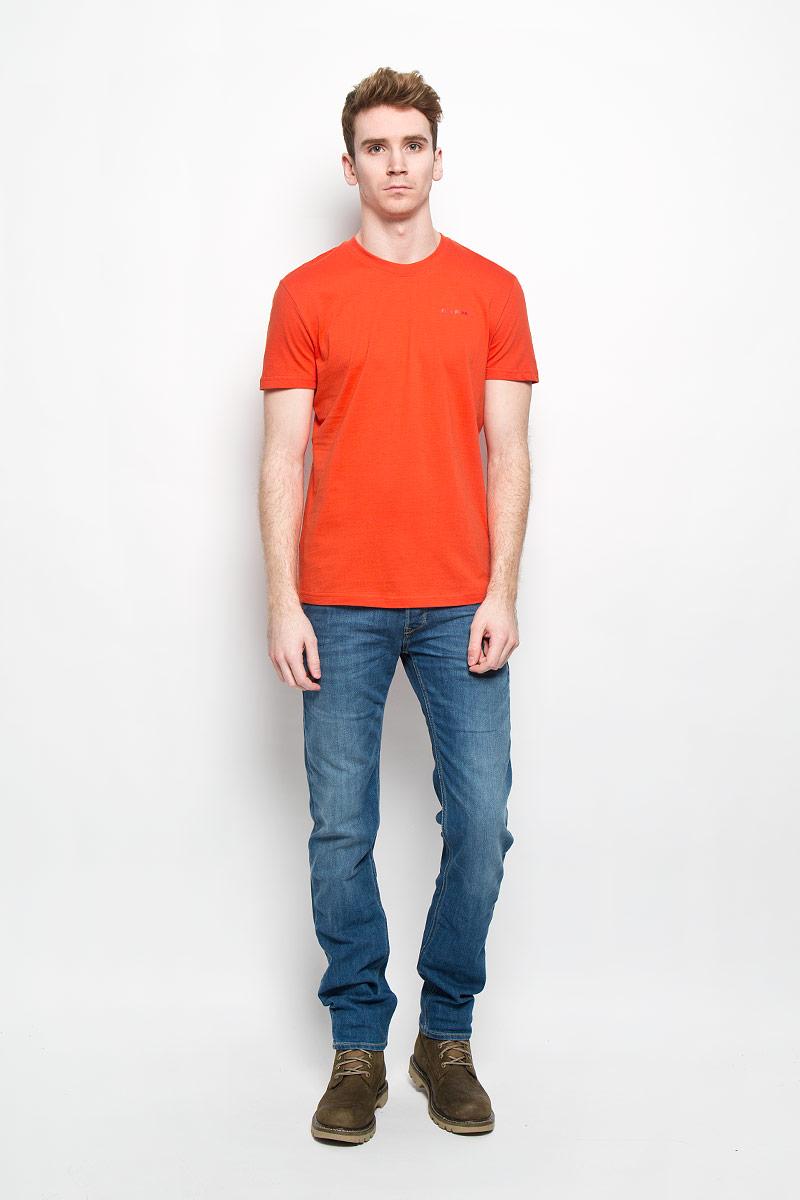B16-21024Стильная мужская футболка Finn Flare, выполненная из натурального хлопка, необычайно мягкая и приятная на ощупь, не сковывает движения и позволяет коже дышать, обеспечивая комфорт. Модель с круглым вырезом горловины и короткими рукавами на груди оформлена надписью Finn Flare. Вырез горловины дополнен эластичной трикотажной резинкой, что предотвращает деформацию при носке. Футболка Finn Flare станет отличным дополнением к вашему гардеробу.