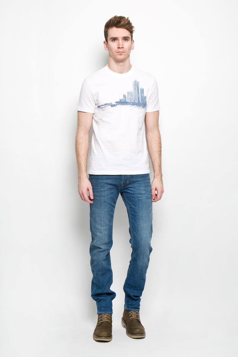 ФутболкаB16-42014Стильная мужская футболка Finn Flare, выполненная из натурального хлопка, необычайно мягкая и приятная на ощупь, не сковывает движения и позволяет коже дышать, обеспечивая комфорт. Модель с круглым вырезом горловины и короткими рукавами спереди оформлена изображением силуэта городских высоток. Вырез горловины дополнен эластичной трикотажной резинкой, что предотвращает деформацию при носке. Футболка Finn Flare станет отличным дополнением к вашему гардеробу.