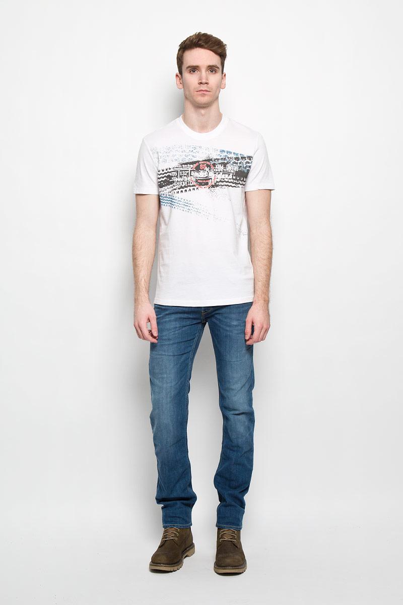 Футболка мужская. B16-22021B16-22021Стильная мужская футболка Finn Flare, выполненная из натурального хлопка, необычайно мягкая и приятная на ощупь, не сковывает движения и позволяет коже дышать, обеспечивая комфорт. Модель с круглым вырезом горловины и короткими рукавами спереди оформлена оригинальным принтом в виде следов протекторов, а также надписями. Вырез горловины дополнен трикотажной эластичной резинкой, что предотвращает деформацию при носке. Футболка Finn Flare станет отличным дополнением к вашему гардеробу.