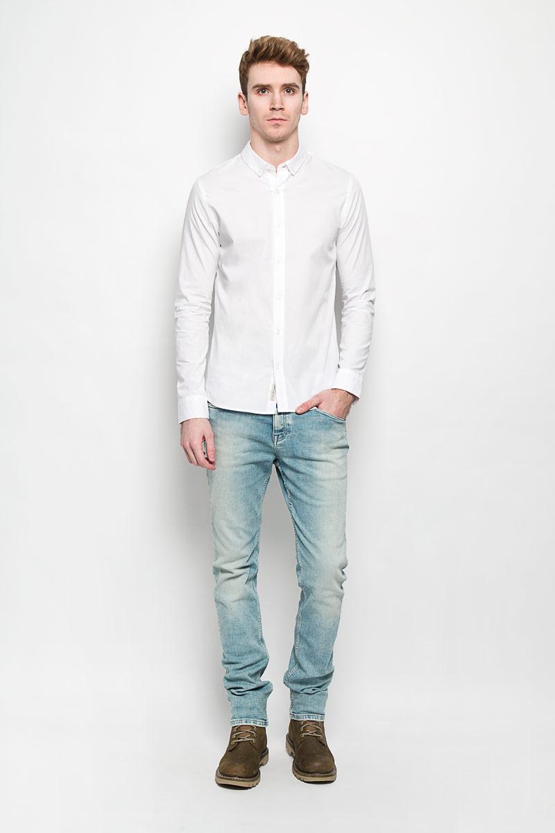 Рубашка мужская. J3EJ303548J3EJ303548Стильная мужская рубашка Calvin Klein Jeans станет прекрасным дополнением к вашему гардеробу. Она выполнена из натурального хлопка с добавлением эластана, обладает высокой теплопроводностью, воздухопроницаемостью и гигроскопичностью, позволяет коже дышать, тем самым обеспечивая наибольший комфорт при носке даже жарким летом. Модель силуэта extra slim fit с длинными рукавами и отложным воротником застегивается на пуговицы. Рукава дополнены манжетами на пуговицах. Такая рубашка будет дарить вам комфорт и уверенность в течение всего дня.
