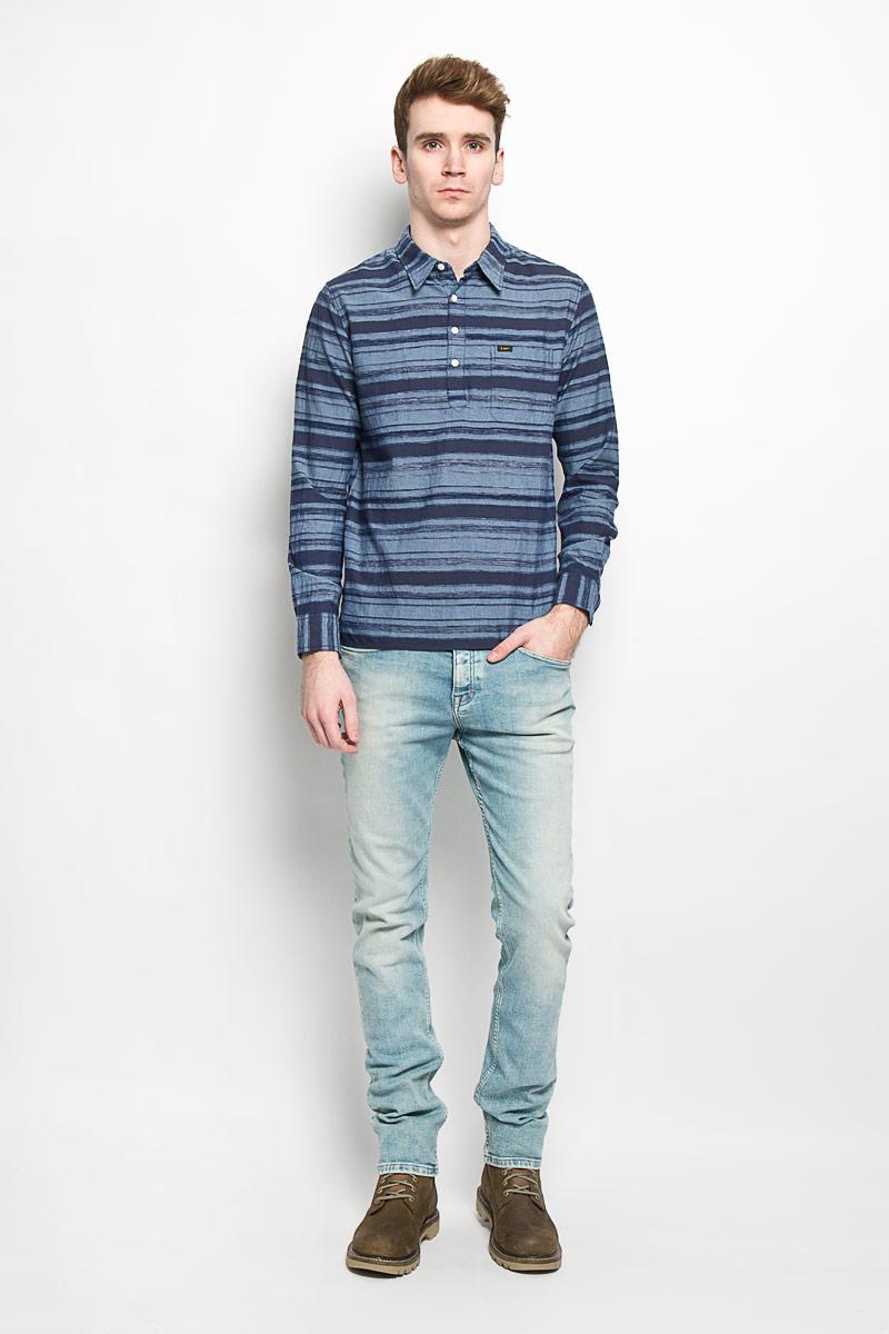 РубашкаL66SZTCFМужская рубашка Lee, изготовленная из натурального хлопка, подчеркнет ваш уникальный стиль. Изделие легкое, очень мягкое и приятное на ощупь, не сковывает движения и позволяет коже дышать, обеспечивая наибольший комфорт. Рубашка с отложным воротником и длинными рукавами застегивается сверху на пуговицы. На груди расположен накладной карман. Манжеты рукавов также застегиваются на пуговицы. Спинка изделия немного удлинена, по бокам имеются небольшие разрезы. Модель оформлена полосками, украшена нашивкой с названием бренда. Стильная рубашка подарит вам комфорт в течение всего дня и займет достойное место в вашем гардеробе.