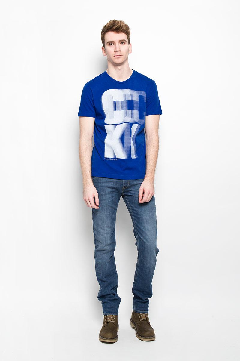 ФутболкаJ3EJ303427Стильная мужская футболка Calvin Klein, выполненная из высококачественного натурального хлопка, обладает высокой теплопроводностью, воздухопроницаемостью и гигроскопичностью, позволяет коже дышать и великолепно отводит влагу, оставляя тело сухим. Такая футболка превосходно подойдет для занятий спортом и активного отдыха. Модель с короткими рукавами и круглым вырезом горловины - идеальный вариант для создания образа в стиле Casual. Футболка декорирована крупным принтом с логотипом Calvin Klein. Такая модель подарит вам комфорт в течение всего дня и послужит замечательным дополнением к вашему гардеробу.