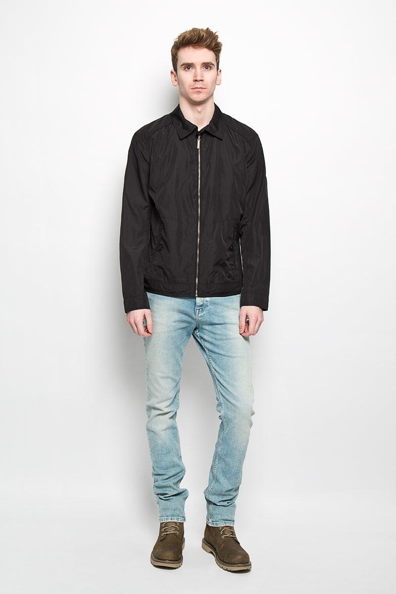 ВетровкаB16-21006Стильная мужская куртка Finn Flare, рассчитанная на прохладную погоду, поможет вам почувствовать себя максимально комфортно. Модель прямого кроя изготовлена из полиэстера с подкладкой и застегивается по всей длине на металлическую застежку-молнию. Куртка с отложным воротником и длинными рукавами дополнена боковыми прорезными карманами, закрывающимися на хлястики с пуговицами. Манжеты так же застегиваются на пуговицы. С внутренней стороны изделия предусмотрены прорезной карман на молнии, карман с клапаном на пуговице и нашивной карман на пуговице. Куртка декорирована металлической пластиной логотипа бренда на левом рукаве. Стильная и легкая куртка займет достойное место в вашем гардеробе. Модная фактура ткани, отличное качество, великолепный дизайн.