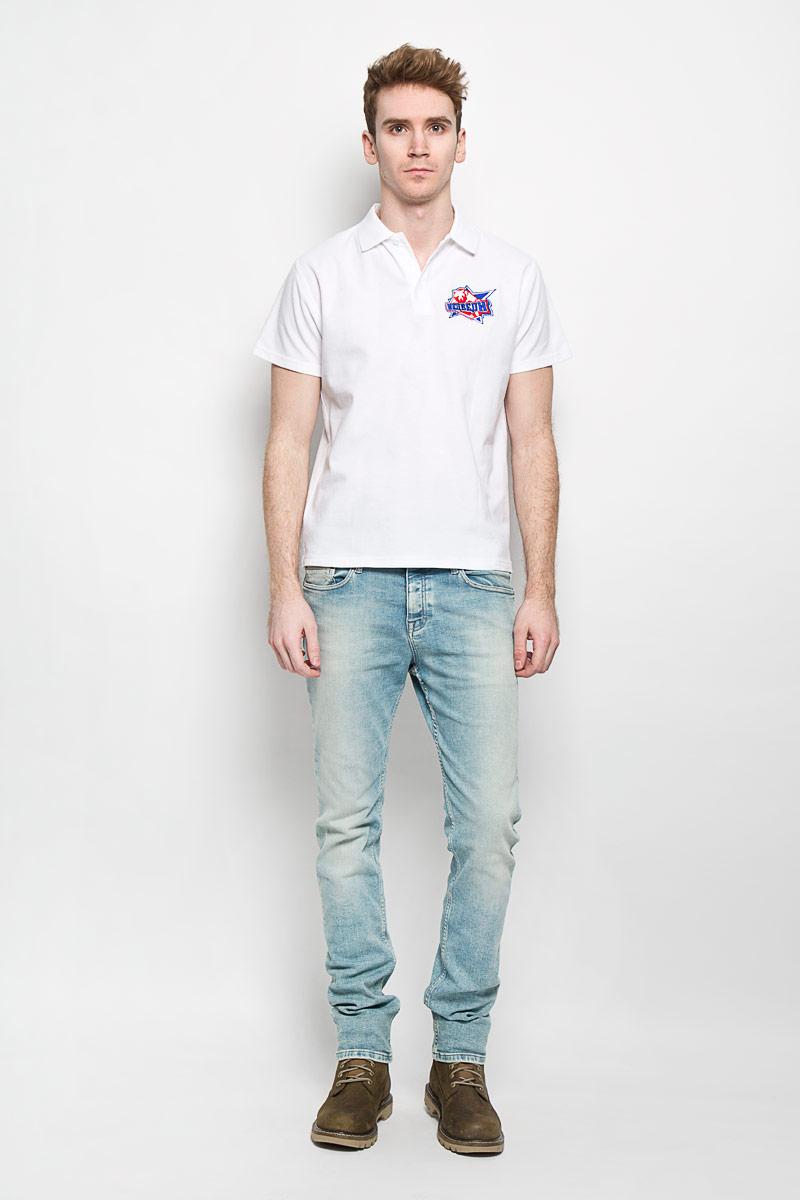 ПолоPM001-WHITEСтильная мужская футболка-поло Robin Ruth, изготовленная из хлопка и полиэстера, мягкая и приятная на ощупь, не сковывает движения и позволяет коже дышать, обеспечивая комфорт. Модель с отложным воротником-поло и короткими рукавами от ворота застегивается на три пластиковые пуговицы. Модель оформлена вышивкой логотипа хоккейной команды Медведи из сериала Молодежка. Эта модель послужит отличным дополнением к вашему гардеробу. В ней вы всегда будете чувствовать себя уютно и комфортно.