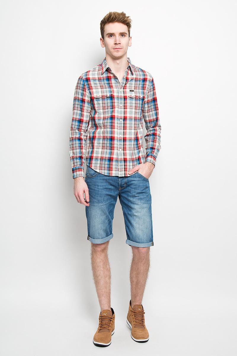 L856ZEAFМужская рубашка Lee, выполненная из натурального хлопка, прекрасно подойдет для повседневной носки. Материал очень мягкий и приятный на ощупь, не сковывает движения и позволяет коже дышать. Рубашка прямого кроя с отложным воротником и длинными рукавами застегивается на кнопки по всей длине и на одну пуговицу сверху. На груди модели предусмотрены два накладных кармана с клапанами на кнопках. Манжеты рукавов застегиваются на кнопки и пуговицы. Изделие оформлено принтом в клетку. Такая модель будет дарить вам комфорт в течение всего дня и станет модным и стильным дополнением к вашему гардеробу.