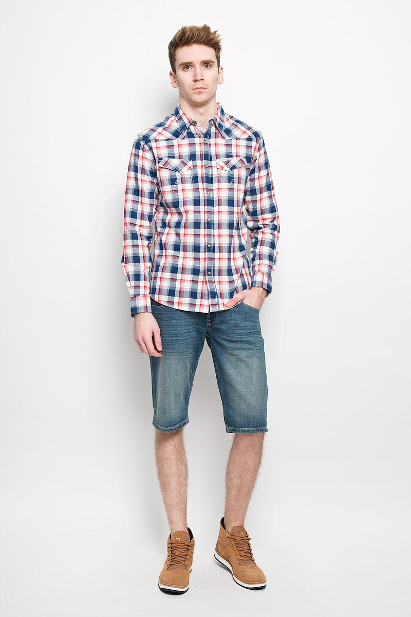 РубашкаW5779BT1CМужская рубашка Wrangler, выполненная из натурального хлопка, прекрасно подойдет для повседневной носки. Материал очень мягкий и приятный на ощупь, не сковывает движения и позволяет коже дышать. Рубашка прямого кроя с отложным воротником и длинными рукавами застегивается на кнопки по всей длине и на одну пуговицу сверху. На груди модели предусмотрены два накладных кармана с клапанами на кнопках. Манжеты рукавов также застегиваются на кнопки. Изделие оформлено принтом в клетку. Такая модель будет дарить вам комфорт в течение всего дня и станет модным и стильным дополнением к вашему гардеробу.