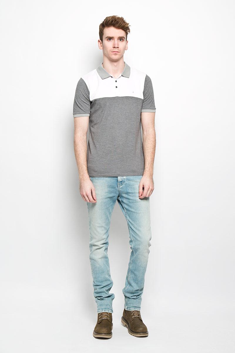 ПолоJ3EJ303548Мужская футболка-поло Calvin Klein Jeans подчеркнет ваш уникальный стиль. Изготовленная из натурального хлопка, она мягкая и приятная на ощупь, не сковывает движения и позволяет коже дышать, обеспечивая наибольший комфорт. Футболка-поло с отложным воротником и короткими рукавами застегивается сверху на три пуговицы. Воротник и манжеты рукавов выполнены из трикотажной резинки. По бокам модели предусмотрены небольшие разрезы. Изделие украшено на груди вышитым логотипом бренда. Такая модель подарит вам комфорт в течение всего дня и займет достойное место в вашем гардеробе.