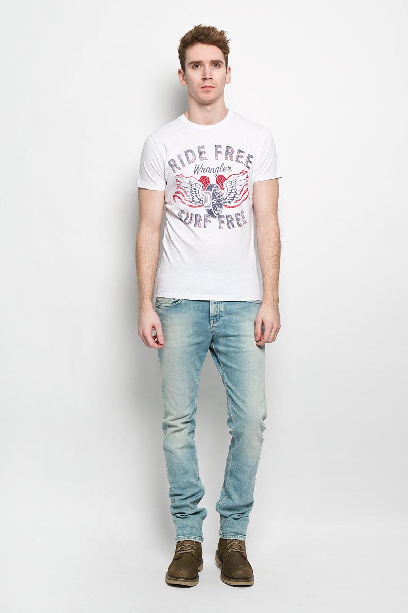 ФутболкаW7978FK12Стильная мужская футболка Wrangler обеспечивает наибольший комфорт и свободу движений в повседневной жизни. Сочетающая в себе свободный крой, удобную круглую горловину и короткие рукава, она подарит вам удобство и комфорт. 100% хлопок обеспечивает оптимальный микроклимат. Модель декорирована оригинальным принтом и надписями. В такой футболке вы будете чувствовать себя раскованно и непринужденно.