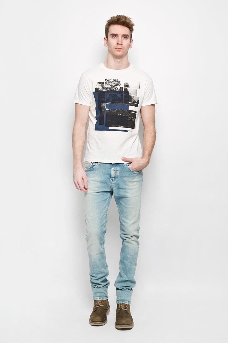 ФутболкаL64PAIHAОригинальная мужская футболка Lee выполнена в современном городском стиле. Модель, изготовленная из высококачественного 100% хлопка, не сковывает движения и позволяет коже дышать, обеспечивая наибольший комфорт. Футболка прямого кроя с круглым вырезом горловины оформлена ярким принтом. Идеальный вариант для тех, кто ценит комфорт и качество.