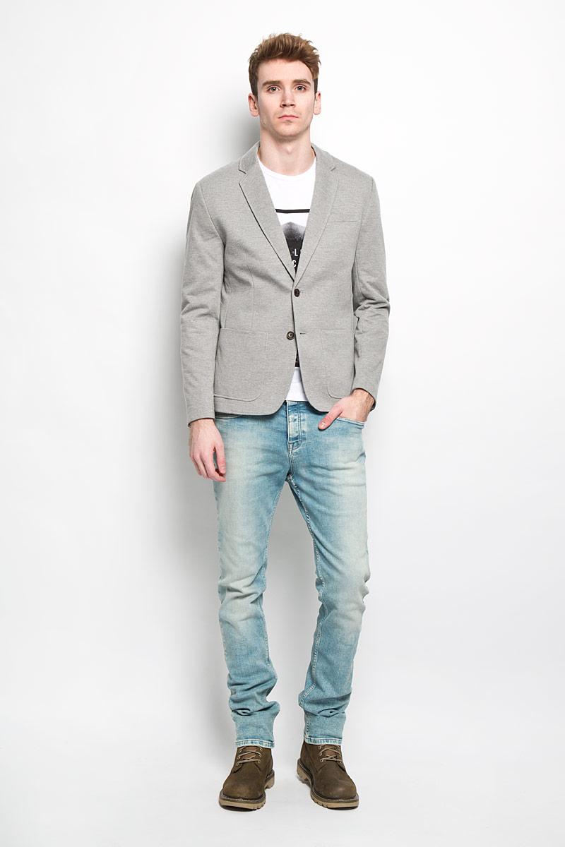 Пиджак мужской. B626002B626002Классический мужской пиджак Baon изготовлен из высококачественного материала на основе полиэстера с добавлением хлопка, благодаря чему он приятен на ощупь и обеспечит вам комфорт и удобство при носке. Подкладка пиджака выполнена из полиэстера с хлопком на передней части. Пиджак с воротником с лацканами и длинными рукавами застегивается на две пуговицы. Манжеты рукавов также дополнены декоративными пуговицами. Пиджак имеет прорезной карман на груди, два накладных кармана и два внутренних прорезных кармана, один из которых на пуговице. Спинка пиджака для более комфортной носки дополнена шлицей. Этот модный и в тоже время комфортный пиджак отличный вариант как для офиса, так и для повседневной носки. Он станет великолепным дополнением к вашему гардеробу, а благодаря классическому фасону, такой пиджак будет прекрасно сочетаться с любыми нарядами.