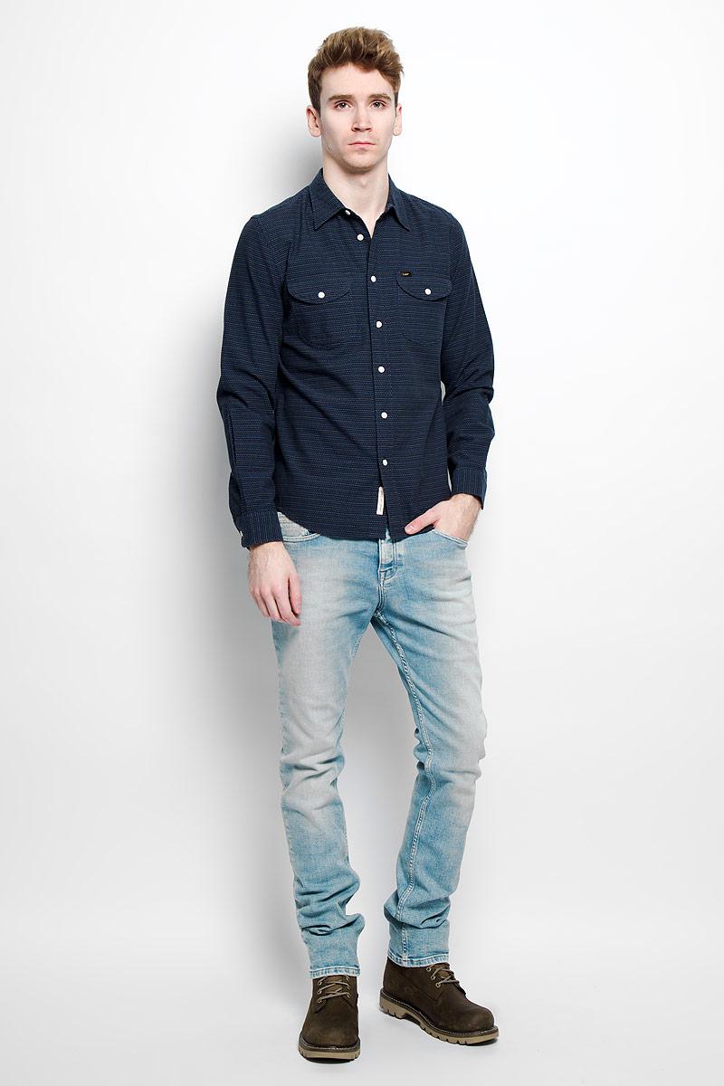 РубашкаL866ZICFСтильная мужская рубашка Lee, выполненная из натурального хлопка, мягкая и приятная на ощупь, не сковывает движения и позволяет коже дышать, обеспечивая комфорт. Модель с отложным воротником и длинными рукавами застегивается на пластиковые пуговицы по всей длине. Спереди модель дополнена двумя накладными нагрудным карманами с клапанами на пуговицах. Изделие оформлено прострочкой из нитей трех цветов. Эта модная и удобная рубашка послужит отличным дополнением к вашему гардеробу.