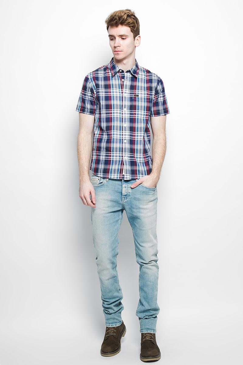 РубашкаL886ZN35Стильная мужская рубашка Lee, выполненная из натурального хлопка, мягкая и приятная на ощупь, не сковывает движения и позволяет коже дышать, обеспечивая комфорт. Модель с отложным воротником и короткими рукавами застегивается на пластиковые пуговицы по всей длине. Спереди модель дополнена накладным нагрудным карманом. Изделие оформлено принтом в клетку. Эта модная и удобная рубашка послужит отличным дополнением к вашему гардеробу.
