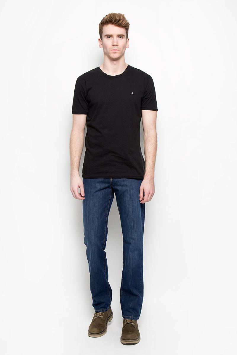 Джинсы мужские. 0965/516640965/51664_w.darkСтильные мужские джинсы F5 - джинсы высочайшего качества на каждый день, которые прекрасно сидят. Модель прямого кроя и средней посадки изготовлена из высококачественного плотного хлопка. Джинсы не сковывают движения и дарят комфорт. Изделие оформлено контрастной отстрочкой. Застегиваются джинсы на пуговицу в поясе и ширинку на молнии, имеются шлевки для ремня. Спереди модель оформлена двумя втачными карманами и одним небольшим секретным кармашком, а сзади - двумя накладными карманами. Эти модные и в тоже время комфортные джинсы послужат отличным дополнением к вашему гардеробу. В них вы всегда будете чувствовать себя уютно и комфортно.