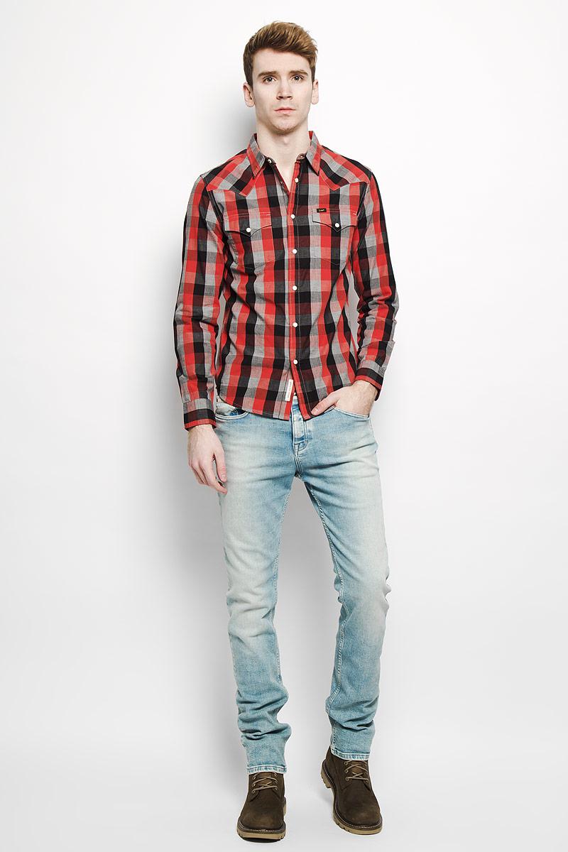 РубашкаL643ZOAFСтильная мужская рубашка Lee, выполненная из натурального хлопка, мягкая и приятная на ощупь, не сковывает движения и позволяет коже дышать, обеспечивая комфорт. Модель с отложным воротником и длинными рукавами застегивается на металлические кнопки по всей длине. Воротник застегивается на пуговицу. Манжеты рукавов рубашки дополнены кнопками. Спереди расположены два нагрудных кармана с клапанами на кнопках. Изделие оформлено принтом в клетку. Эта модная и удобная рубашка послужит отличным дополнением к вашему гардеробу.